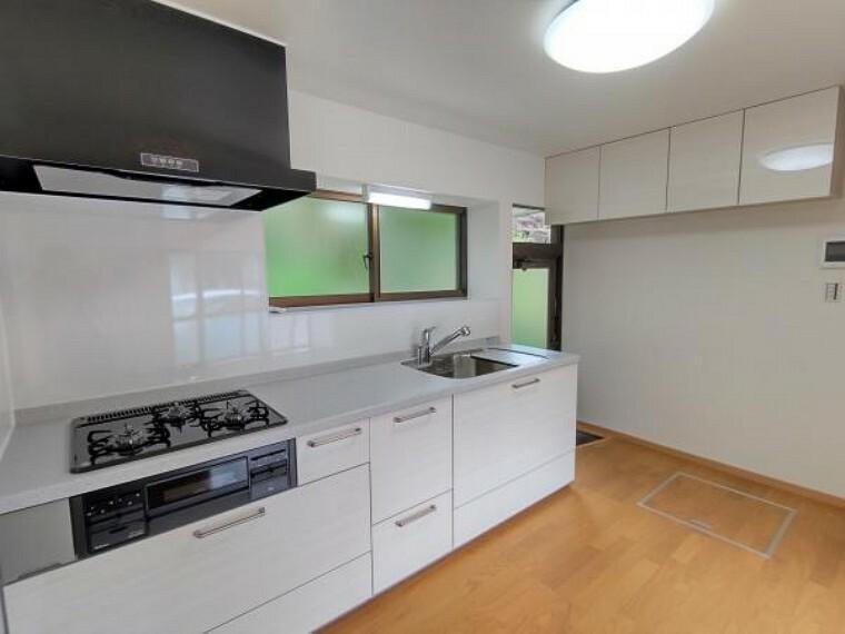 キッチン 【キッチン:リフォーム済写真】フローリングは重ね張りをし、壁と天井はクロスを張り替えました。システムキッチンは永大産業製の新品に交換しました。シンク下の収納に加え、吊戸棚が側面についているので収納力もありますね。