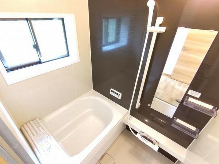 浴室 【浴室:リフォーム済写真】既存の浴室は解体し、ハウステック製の新品に交換しました。窓が付いているので明るく、開放感のある浴室になりますよ。直接肌に触れる部分は新品のものがうれしいですよね。