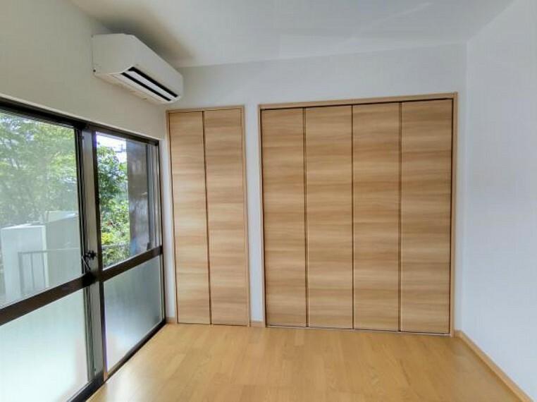 【リビング:リフォーム済写真】床はフローリングに張り替え、壁はクロスを張り替えました。クローゼットも新たに設置したため、収納には困りません。また、エアコンを新品交換したので、住んでからつける手間がないのもうれしいポイントです。