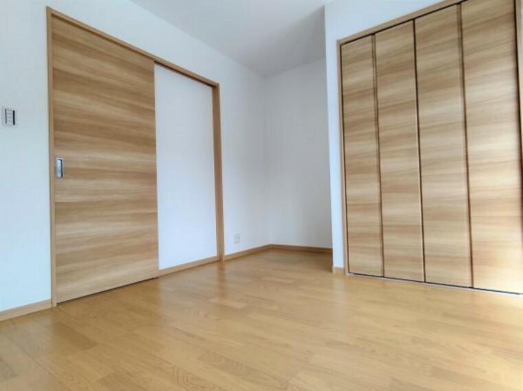 【1階洋室:リフォーム済写真】床はフローリングを張り替え、天井・壁は大壁にし、クロスの張り替えを行いました。クローゼット・建具ともに新品交換済みです。ここで新しい生活を始めてみませんか。