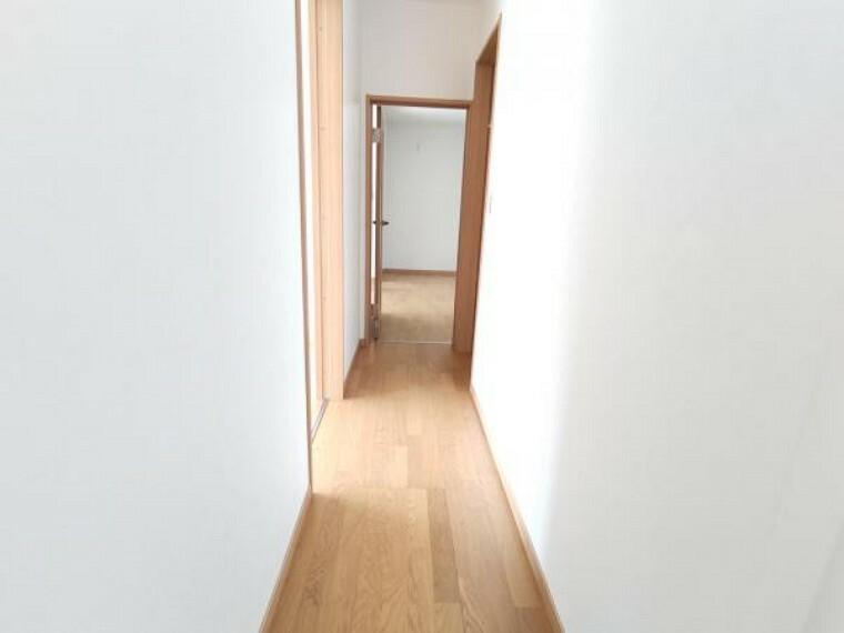【1階廊下:リフォーム済写真】床は上張りを終え、壁と天井はクロスの張り替えを行いました。明るい廊下に生まれ変わりました。