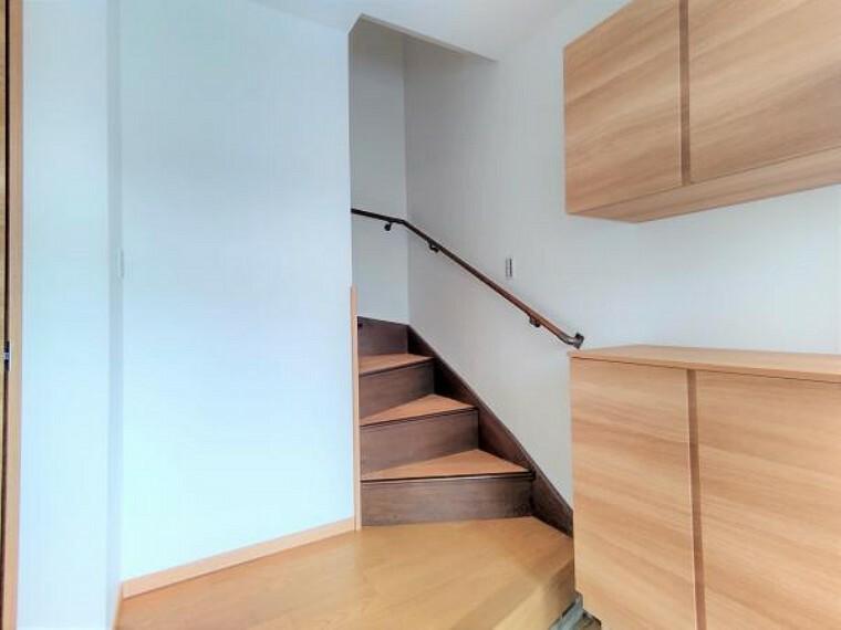 【階段:リフォーム済写真】階段は手すりを新設し、照明を交換しました。安心して上り下りできるよう、ノンスリップ加工が施されています。