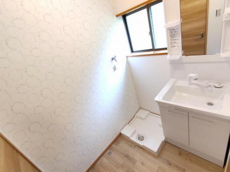洗面化粧台 【洗面脱衣場:リフォーム済写真】床はクッションフロアを張り替え、天井・壁はクロスの張り替えを行いました。洗面化粧台も新品に交換したので清潔感がありますね。