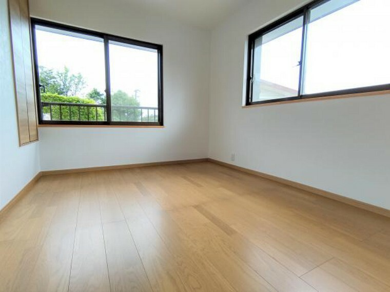 【2階洋室(6帖):リフォーム済写真】床はフローリングを上張りし、壁と天井はクロスの張り替えを行いました。二面採光なのでとても明るい室内です。