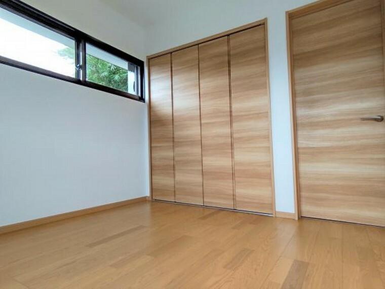 【2階洋室(4.5帖):リフォーム済写真】和室を洋室に変更しています。床はフローリングに張り替え、壁は大壁にしてクロスを張り替えを行ったので、明るい室内に生まれ変わりました。収納力もあるため、4.5帖でも狭い印象を受けませんよ。