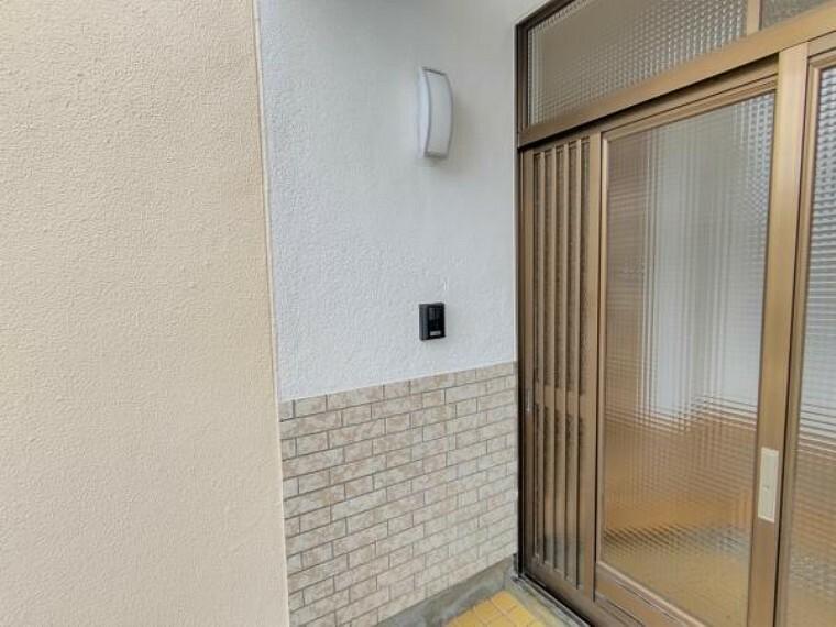 玄関 【玄関:リフォーム済写真】玄関扉はクリーニングと鍵の交換を行いました。