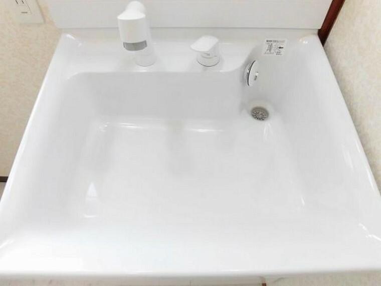 【リフォーム済】洗面ボールは、広くて使いやすく傷つきにくくお掃除もラクラクで、シャワーノズルは、上・下に動き高さを変える事もできます。水栓は、シングルレバー混合栓で使いやすいです。