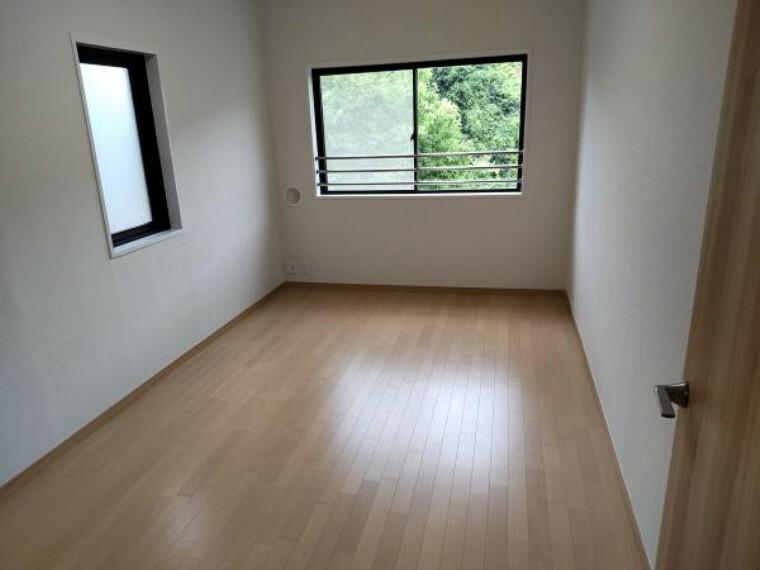 【リフォーム済】主寝室の床は、既存の床をはがし遮音性のあるフローリングを施工しました。壁、天井はクロスを貼替ました。
