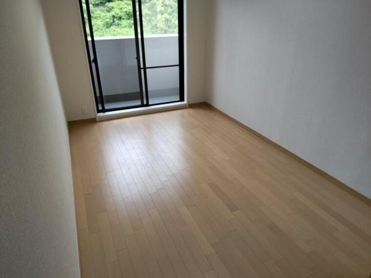 【リフォーム済】洋室6帖の床は、既存の床をはがし遮音性のあるフローリングを施工しました。壁、天井はクロスを貼替ました。