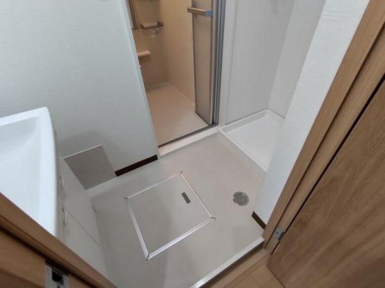洗面化粧台 【リフォーム済】洗面所の床は、クッションフロアーを貼替しました。壁、天井はクロスを貼替ました。防水パンと水栓金具も新品交換しています。