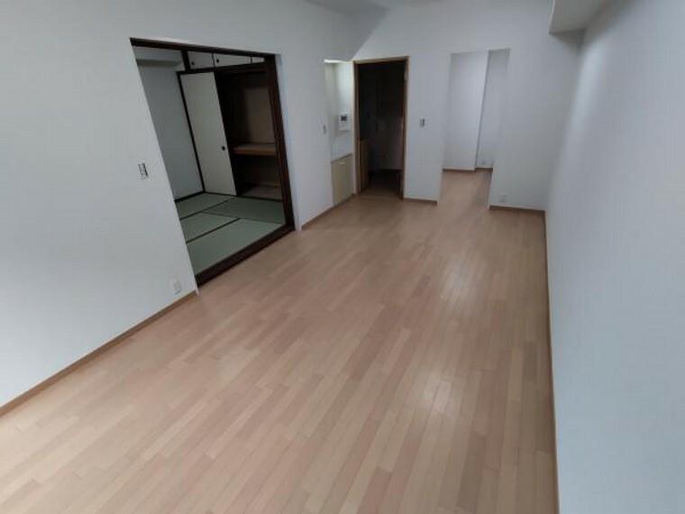 居間・リビング リブング別アングルの写真です。左手に和室、右奥がキッチンです。