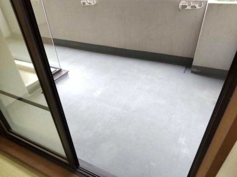 バルコニー 和室に面したバルコニーの写真です。奥行がありますので、洗濯物を干すのに便利です。