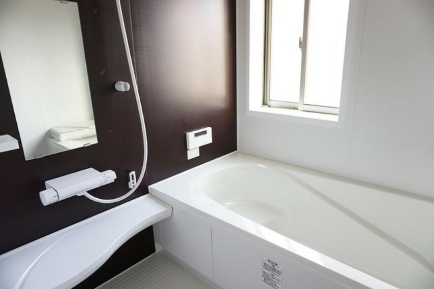 浴室 同仕様写真。足を伸ばせる浴槽で毎日の疲れを癒してください。お子様と入っても十分ゆったりサイズです。