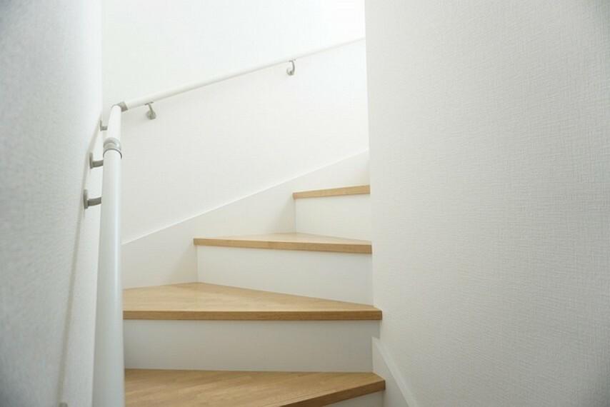 同仕様写真。採光も十分に計算された、手摺付き階段部分です。足元灯も完備されており安心です。