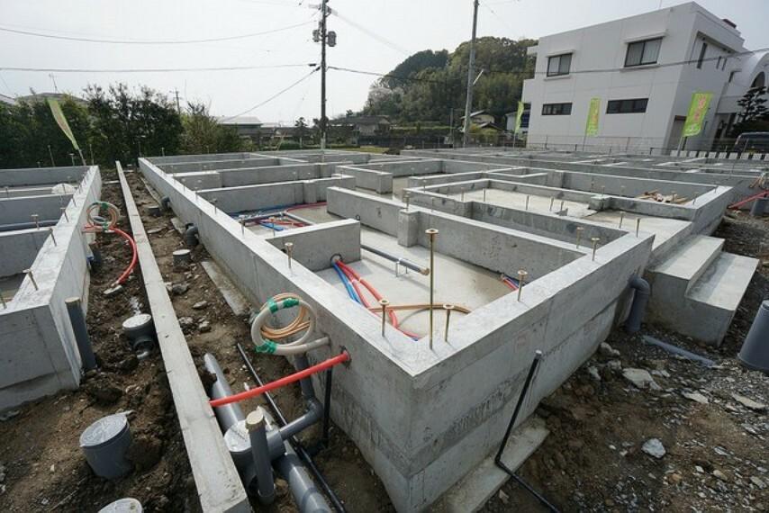 現況外観写真 2号棟平屋建・4LDK、型枠写真。 2021年05月完成予定。