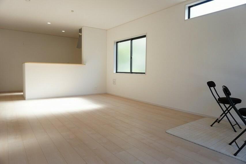 居間・リビング 「同仕様写真」リビングは広々とした設計で、家族が集い、寛ぐ暮らしの空間を演出しています。将来にわたって住みやすくプランニングを重ねて設計された間取で日々の生活をしやすい居住空間を創り上げております^^