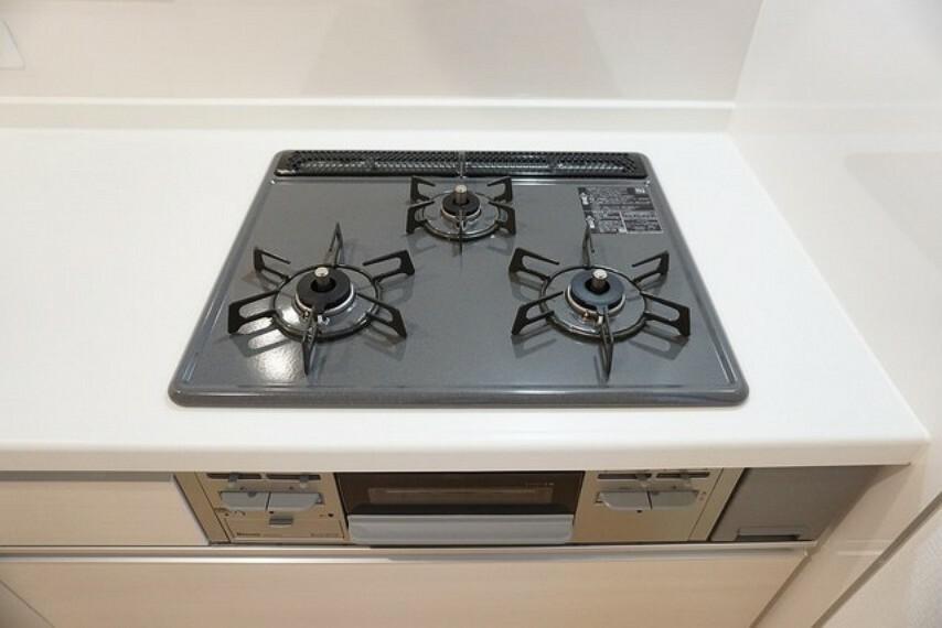 キッチン 「同仕様写真」3種類の料理が同時に調理できる、3口ガスコンロ。忙しい夕食の支度時間が短縮できて嬉しいですね^^