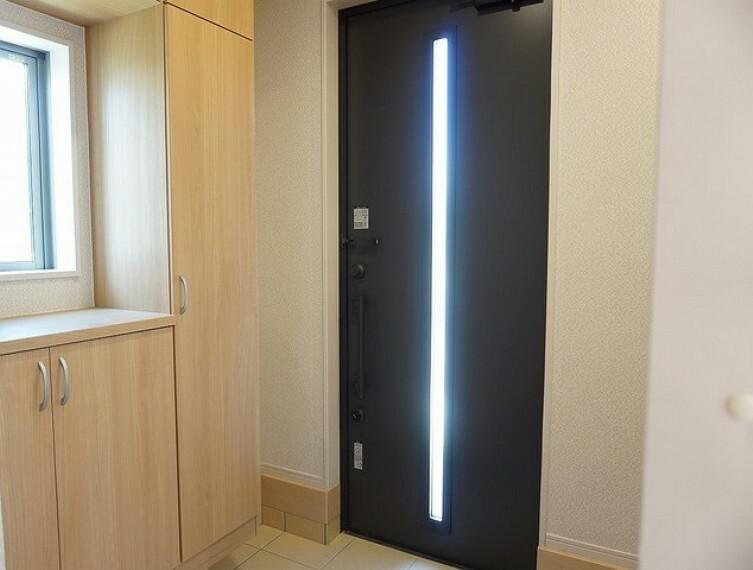 玄関 「同仕様写真」採光も考えられた明るい玄関です^^TVインターホンが装備されているので、セキュリティーも安心^^