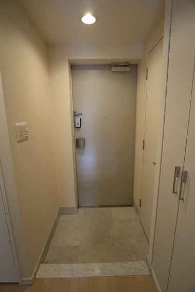 玄関 玄関の段差は低く、小さなお子様やお年寄りの方の出入りも安心です
