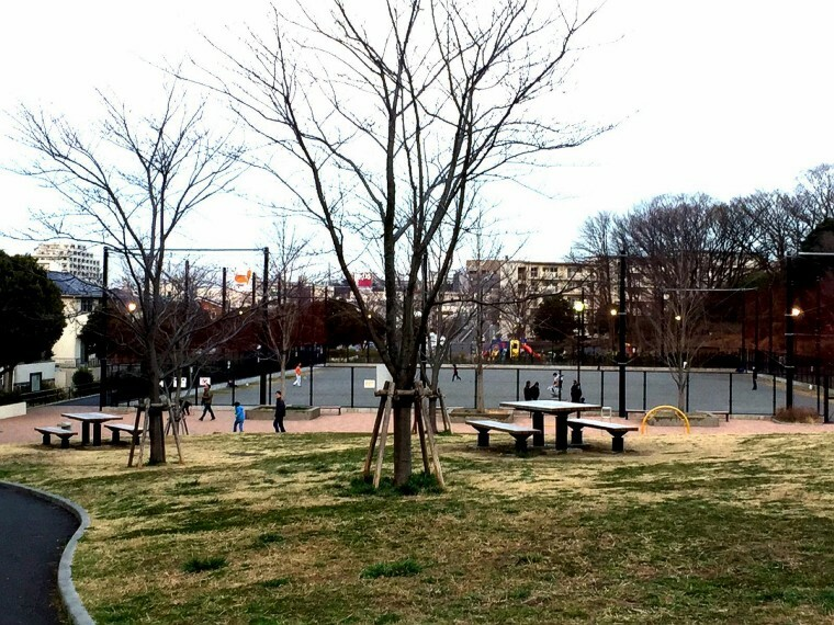 公園 港南台西公園(緑に囲まれたきれいな公園。いろいろな子ども用遊具の他健康遊具やグラウンドもあり施設も充実しています。)