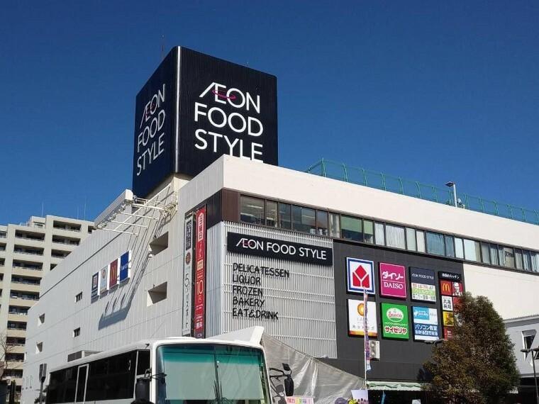 スーパー イオンフードスタイル港南台店(8時~22時営業。駅直結で便利なスーパー。1階の大型フードコートは9時より開店しています。)