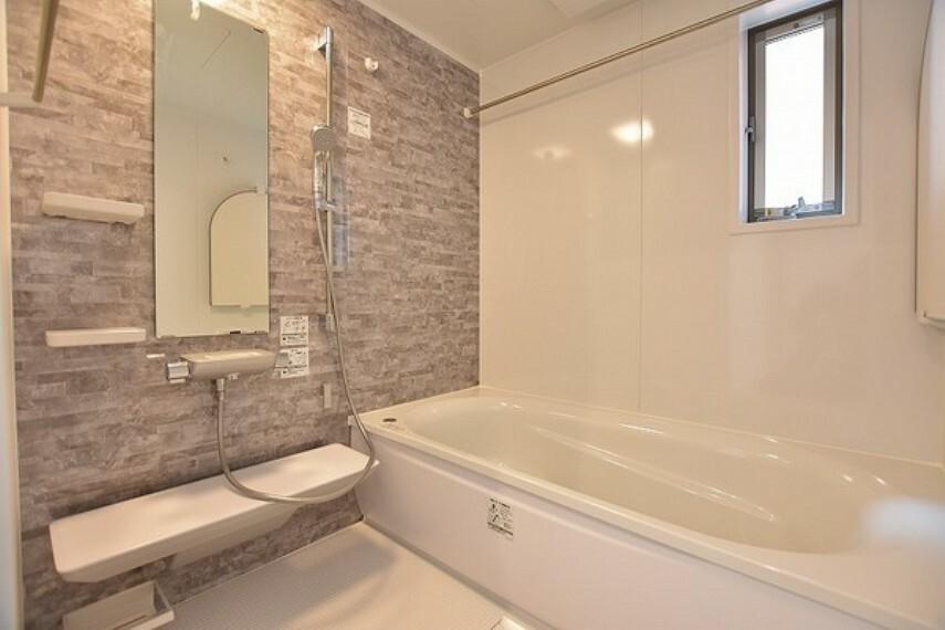 浴室 ゆったりとくつろぐことのできるバスタブは毎日の疲れを癒す空間に。親子で一緒に入れる広さがありますので親子のコミュニケーションの場としても活躍してくれそうですね。