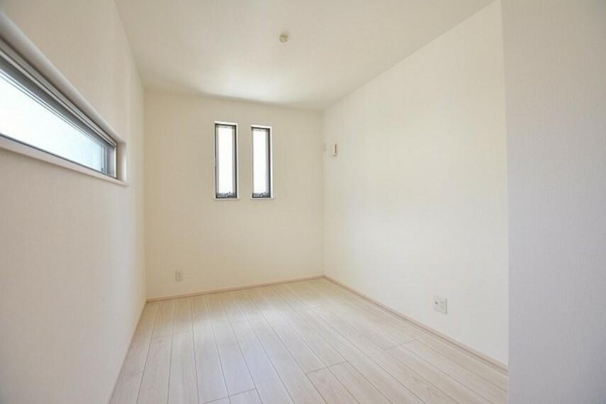子供部屋 4.6帖の洋室~プライベートな時間を心豊かに過ごせる落ち着いた内装仕様です。子ども部屋やゲストルーム、趣味のスペースなど多目的に利用できます。
