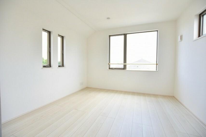 寝室 6.8帖の洋室~住まう方自身でカスタマイズして頂けるようにシンプルにデザインされた室内。自由度が高いので家具やレイアウトでお好みの空間を創り上げられます。