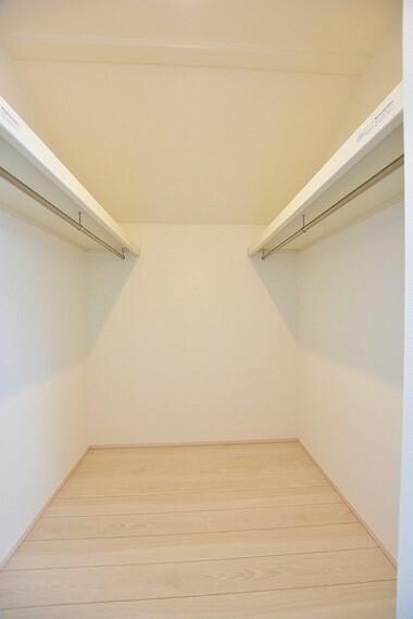 収納 WIC完備~季節物の収納や室内に収まらない衣類・ご家族の思い出の品などを収納するのに便利なマルチに利用できるスペースです。