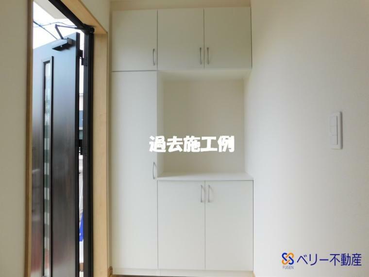 玄関 玄関のシューズクローク 棚は可動式なので靴に合わせて自由にカスタマイズできます!