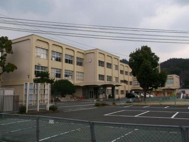 小学校 【近隣写真】鳥取市立河原第一小学校まで、約1400m(徒歩約18分)。学校が近いとお子様の登下校の際も安心ですね。