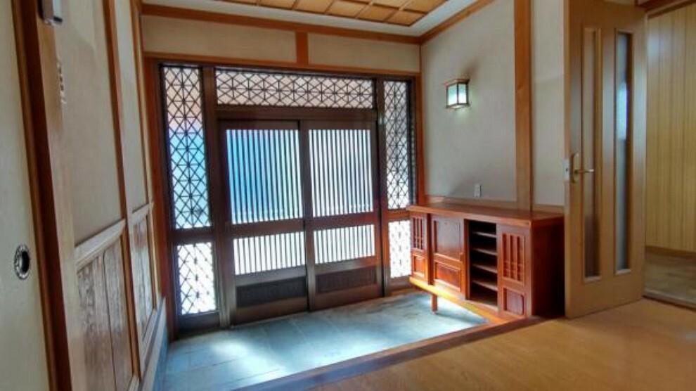 玄関 【リフォーム中】玄関は壁のクロス張替えを行います。ガラス入りで採光のたっぷりとれる明るい玄関です。