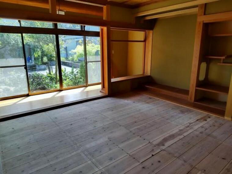 【リフォーム中】1階西側和室は畳の表替えを行い、照明を交換します。隣の和室と続き間になっているので、襖を外して広く使えます。