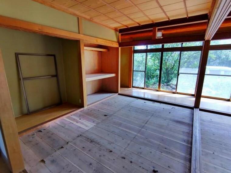 【リフォーム中】1階東側の和室は畳の表替え、障子・襖の張替えを行います。襖を開けると14帖の広さになりますので、親戚の集まりなど大人数で過ごす場所としてもお使い頂けます。