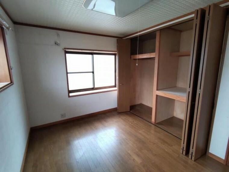 【リフォーム中】二階奥側の洋室は、床の張替、天井、壁のクロスの張替を行います。クローゼットにハンガーパイプを設置しますので、洋服をたくさん掛けて収納していただけます。