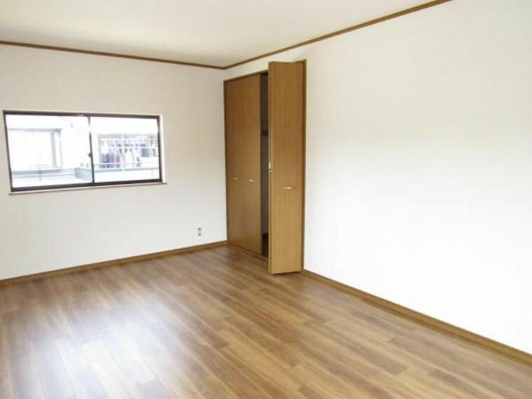 【リフォーム済】2階12帖の洋室は床材を重ね張り、天井・壁はクロスを張替ました。照明器具(LED)も新品交換しました。