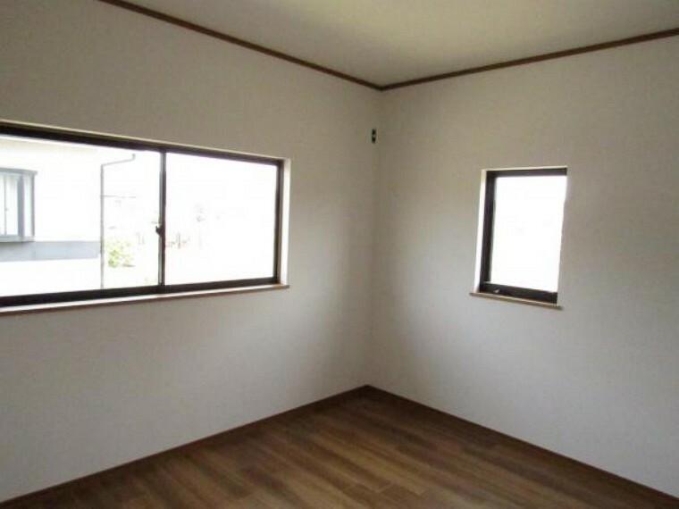 【リフォーム済】2階北東側の約6帖の洋室です。朝日が差し込み明るいので子供部屋にいかがでしょうか。床材は重ね張りし、壁・天井はクロスを張り舞えました。