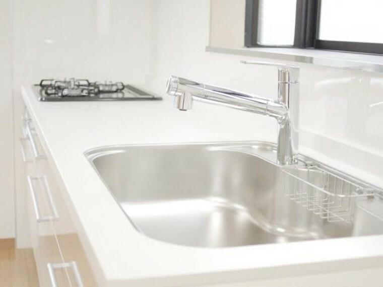 キッチン 【リフォーム済】新品キッチンの天板は清潔感のある白い人工大理石製です。ハウステック社製の人工大理石は汚れやが染み込みにくく、耐熱性にも優れている為、変形や変色に強い造りになっています。