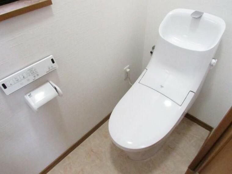 トイレ 【リフォーム済】トイレはLIXIL製の温水シャワー機能付きのものに新品交換しました。天井・壁のクロスの張替えと床のクッションフロアーも新品に張り替えました。