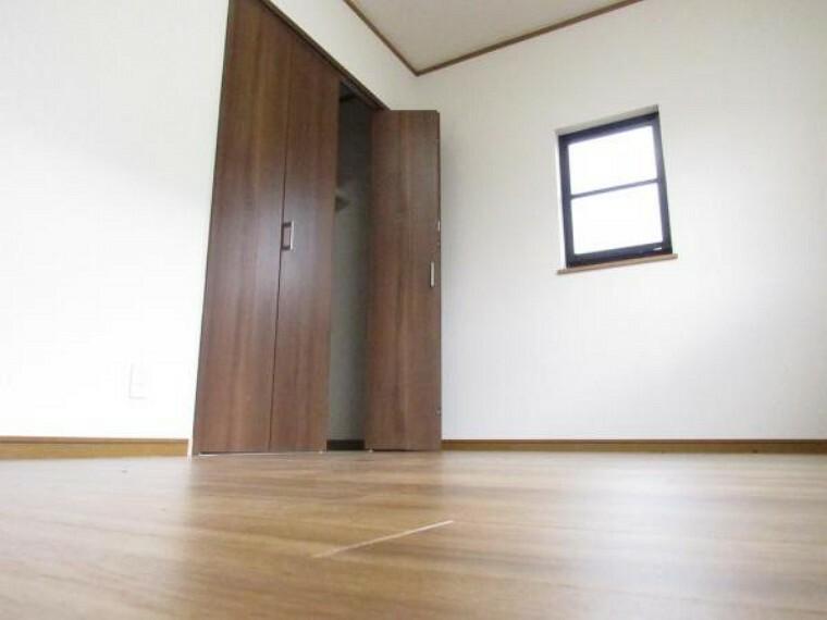 【リフォーム済】2階南東側の約6帖の洋室です。床材を重ね張りし、壁・天井はクロスを張替ました。クローゼットの扉は新設しました。日当たりが良いので子供部屋としても最適です。