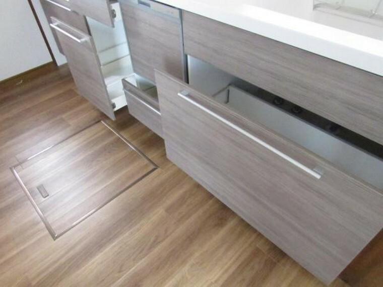 キッチン 【リフォーム済】キッチンの収納は引き出しタイプですのでフライパンやお鍋等が崩れることなく綺麗に収納出来て出し入れもスムーズに出来ます。