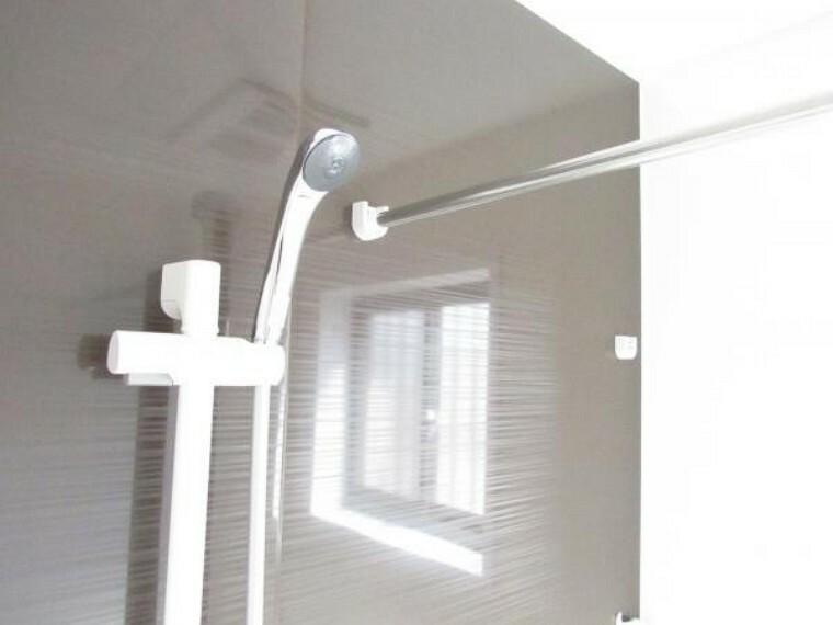浴室 【リフォーム済】浴室のシャワー横には握りバーがついており、高さや向きを調整出来るシャワーフック付きです。