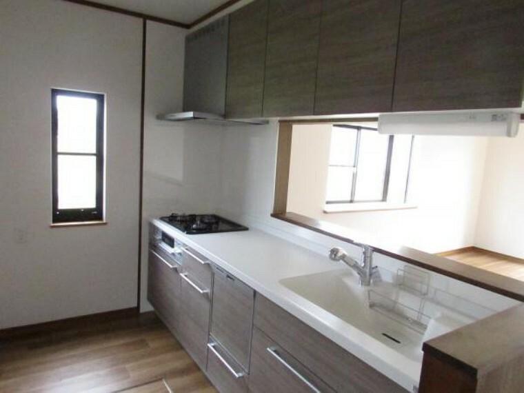 キッチン 【リフォーム済】システムキッチンはハウステック社製の幅2550ミリタイプに新品交換作業中です。天板とシンクは人工大理石製で食洗機付きです。冷蔵庫のスペースもしっかりあるので大きいサイズの冷蔵庫でも設置できます。