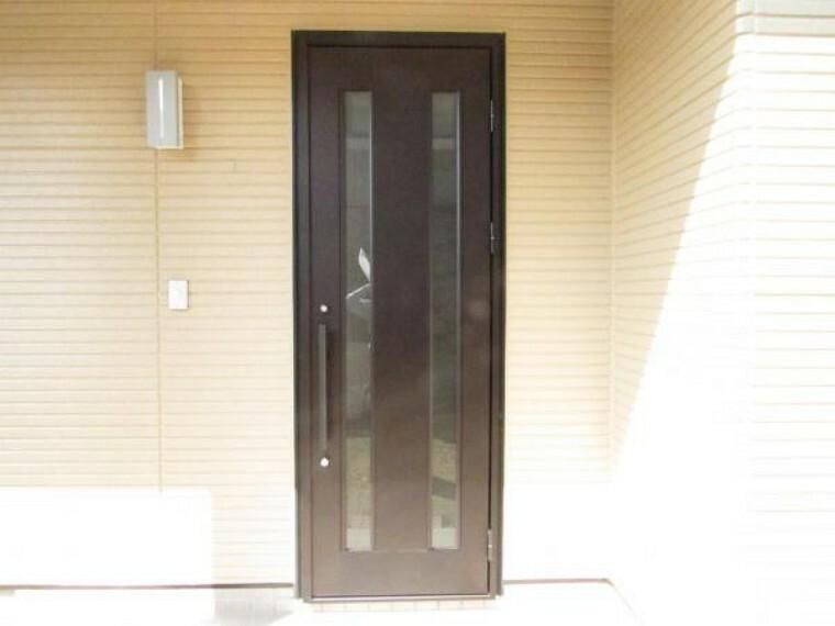 玄関 【リフォーム済】玄関ドアはお家の顔ですから新品交換(YKKap社製)しました。玄関はお客様が最初に目にする場所だからこそ、第一印象が大切ですね。