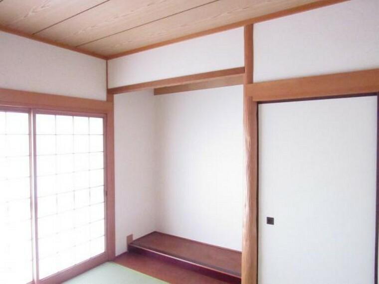 【リフォーム済】1階和室は床の間付きです。畳の表替えを行いましたのでイグサの香りに癒される、心地の良いお部屋に仕上がりました。クロス・襖・障子は張替えました。