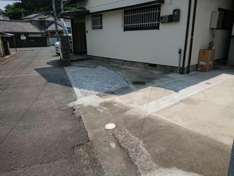 駐車場 【リフォーム済】物置と塀を解体して駐車場スペースにしました。普通車1台、軽自動車1台駐車可能になりました。