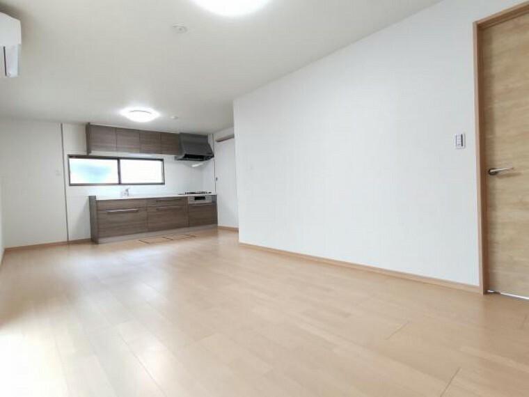 居間・リビング 【リフォーム済】(7/5撮影)和室とDKをつなげて12帖のLDKにしました。フローリングや建具、キッチンも新しくなりましたので、新鮮な空間に仕上がりました。