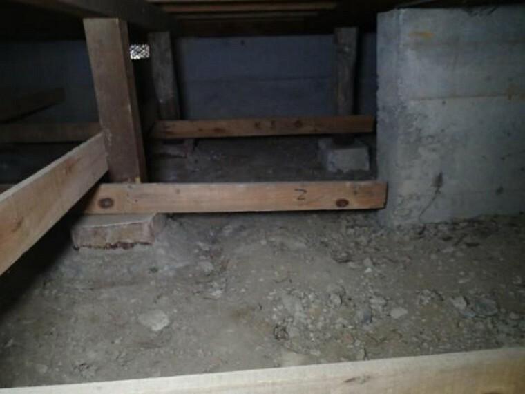 構造・工法・仕様 【床下】中古住宅の3大リスクである、雨漏り、主要構造部分の欠陥や腐食、給排水管の漏水や故障を2年管保証します。その前提で床下まで確認の上でリフォームし、シロアリの被害調査と防除工事もおこないます。