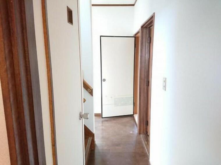【RF前】5/14撮影 廊下写真です。床を重ね張りをし、壁クロス交換予定です。