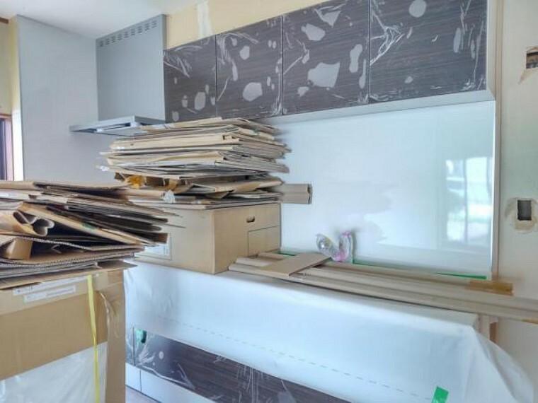 キッチン 【リフォーム中8/31撮影】キッチンの写真です。既存のものは撤去し、ハウステック製のシステムキッチンを新設します。吊り戸棚もつくので、食器なども収納できますよ。